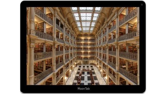 """""""Die virtuelle Bibliothek"""", Remix aus """"Interior of the George Peabody Library in Baltimore"""" von Matthew Petroff, Wikimedia Commons lizensiert unter CC-BY-SA 3.0 und """"Moontab Tablet PC"""" von Jmlevick, Openclipart, lizenziert unter CC0 1.0"""